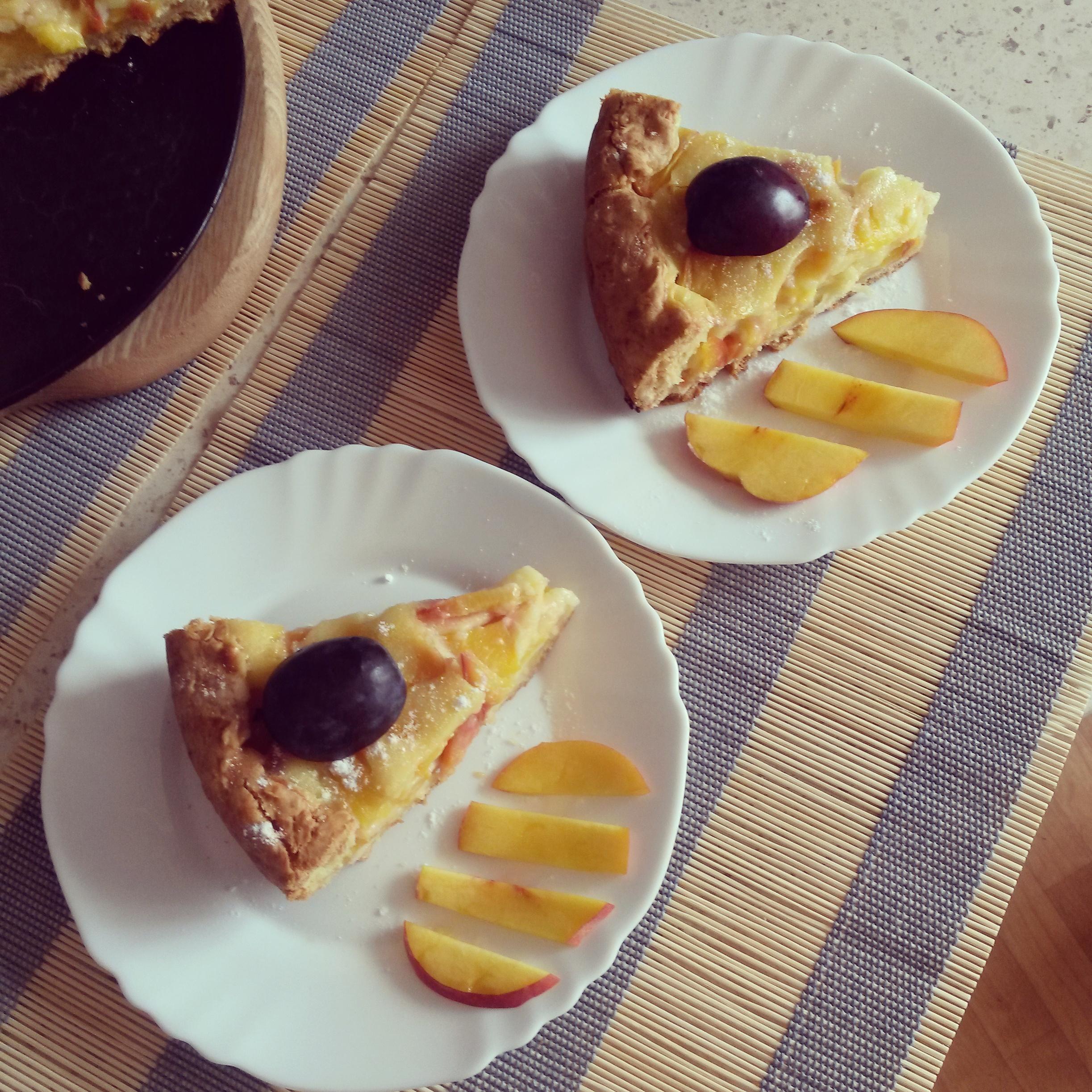 Persikų pyragas su švelniu grietinės kremu