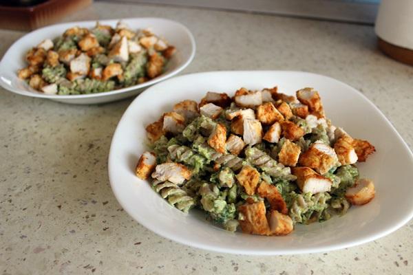 Makaronai su kalakutienos krūtinėle bei brokolių ir špinatų padažu