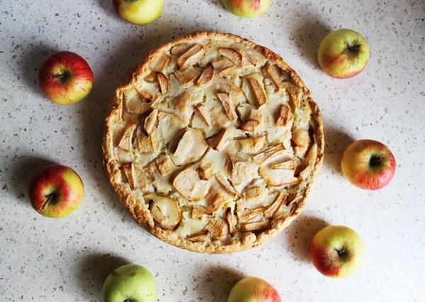 Obuolių pyragas su švelniu grietinės kremu